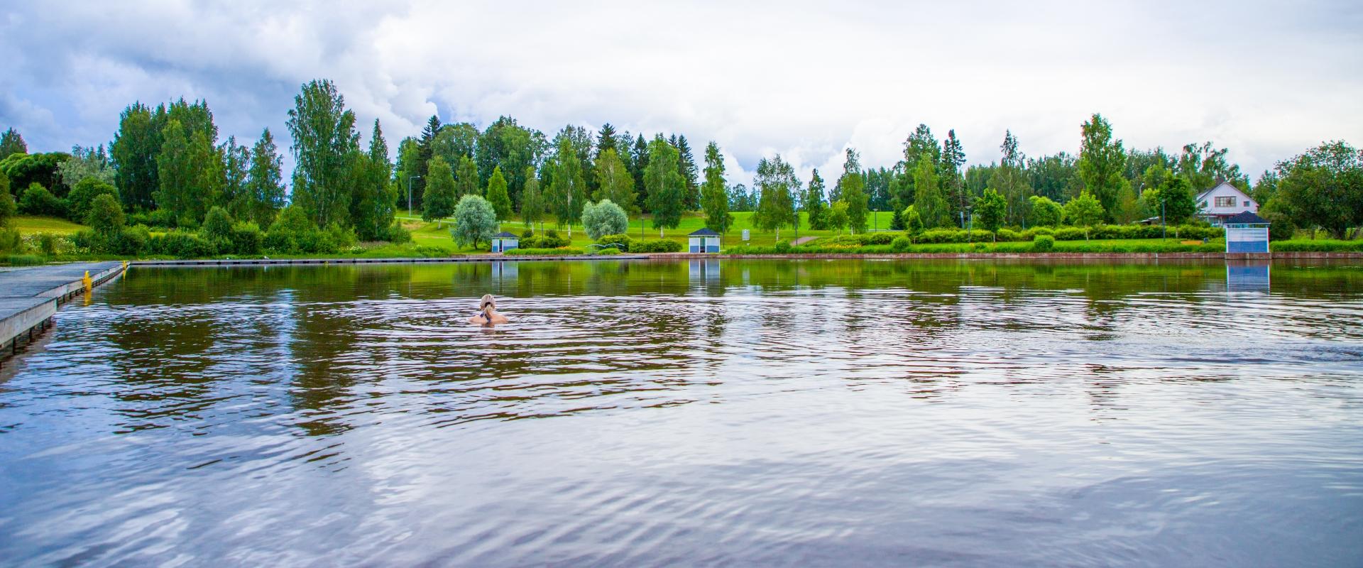 Meijerinlampi, nainen uimassa uimarannalla