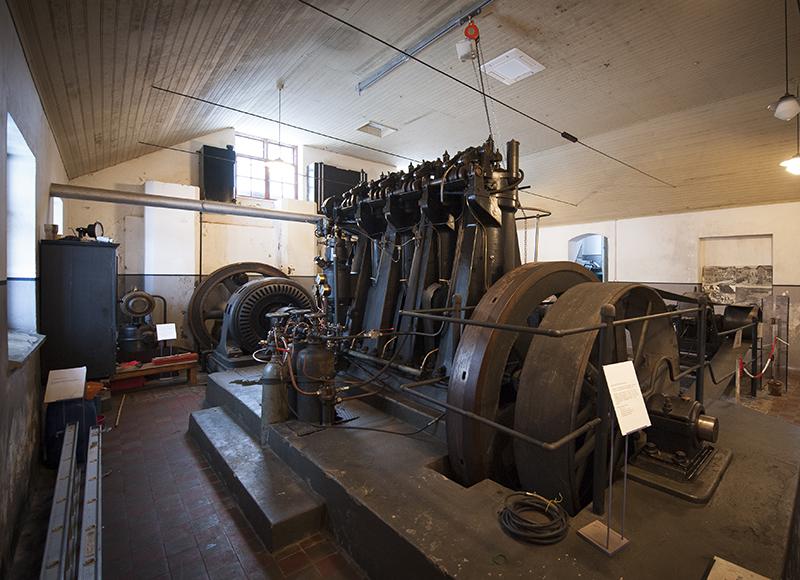 Sähkölaitosmuseossa oleva vanha sähköntuotannossa käytetty laite